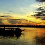 Atardecer con barco en el río Amazonas