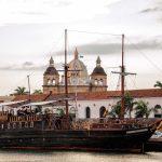 Vista de barco y catedral de Cartagena Colombia
