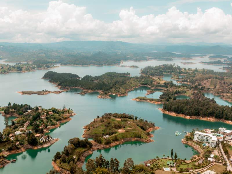 Panorámica de la represa de Guatapé desde la Piedra del Peñol