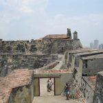 personas visitando el Castillo San Felipe