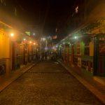 Visita las calles de Guatapé nocturna