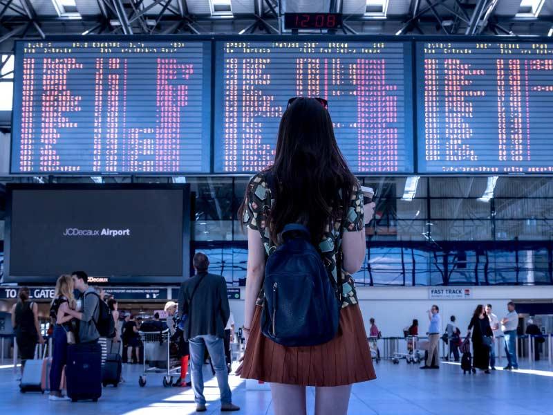 Persona presentando el pasabordo de vuelo en el aeropuerto